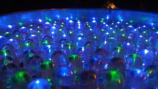 Luz artificial para plantas y huertos urbanos de interior colores azule y verdes crecimiento de plantas hidropónicas
